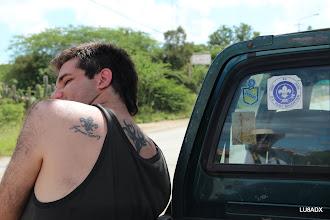 Photo: Flor de Liz en el hombro de Lucas y en la camioneta