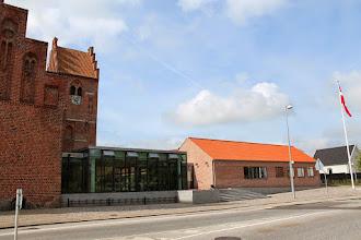 Photo: Kirken og det nye sognehus.