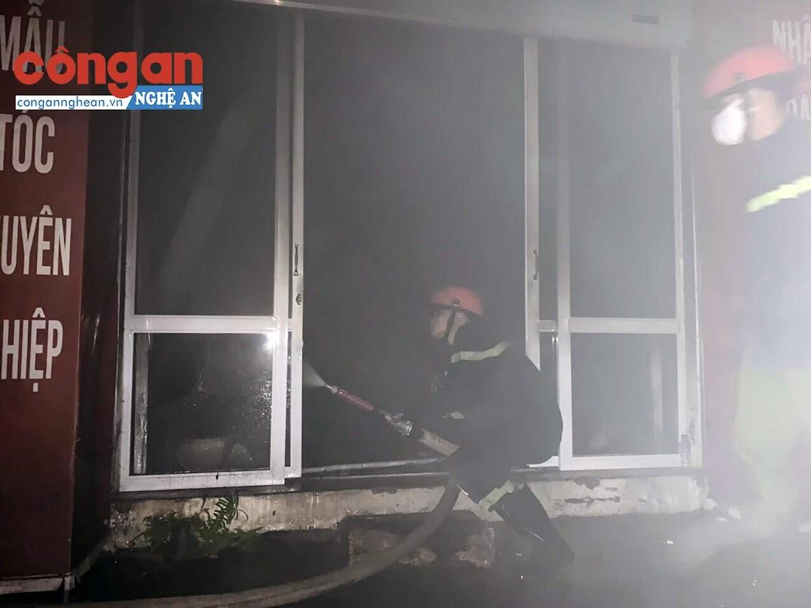 Lực lượng chữa cháy kịp thời có mặt tại hiện trường khống chế đám cháy