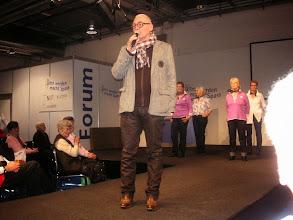 Photo: Der Chef der Firma Modeva Herrn Edi van Brück begrüsst das Publikum und eröffnet die Modeschau.