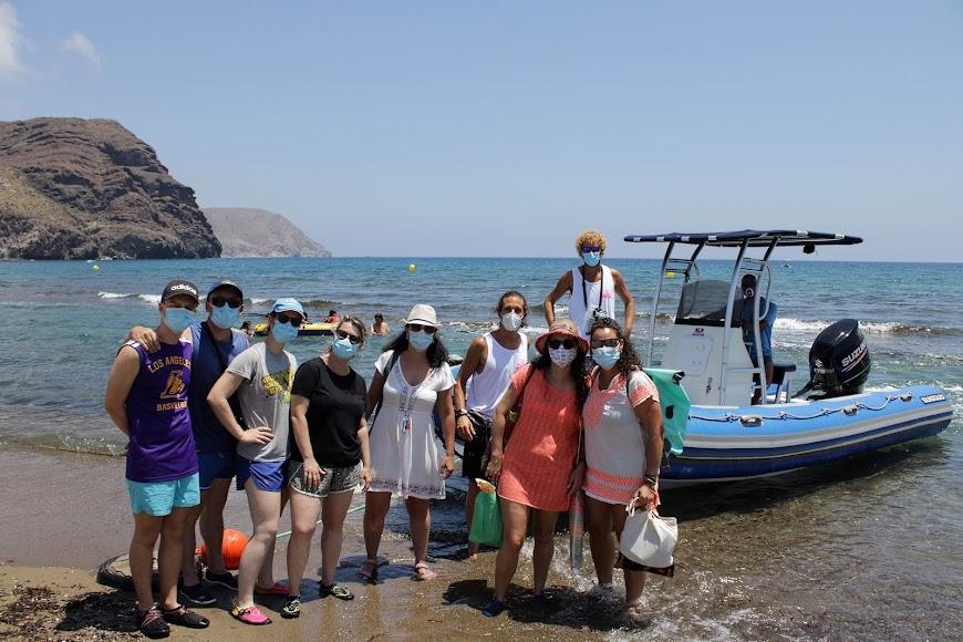 Turistas de Extremadura, Madrid y Cantabría antes de realizar rutas en barco por las calas del Cabo de Gata.