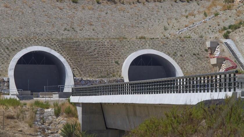 Túneles del AVE tapiados en el Levante almeriense.