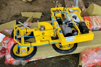 Photo: 20-11-2012 © ervanofoto Voor de plaatsing van de grote en zware elementen is er een hydraulische kraan gekomen. Die zal met dit instrument, voorzien van vier sterke zuignappen de zware ramen tot op hun plaats hijsen.