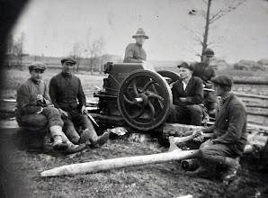 Photo: Statoma Stropų sodyba ~1920 m. Fone matomas ąžuolas, kuris auga ir šiandien. Nuotrauka iš Stanislavos Šimkienės asmeninio archyvo