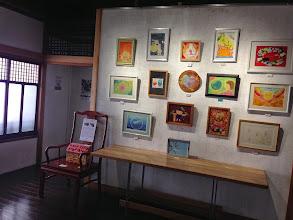 Photo: 展示風景。 椅子の上の「お菓子の家」は募金箱