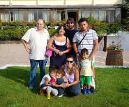 Photo: Famiglia in vacanza; sul retro il ristorante e i Balconi Fioriti