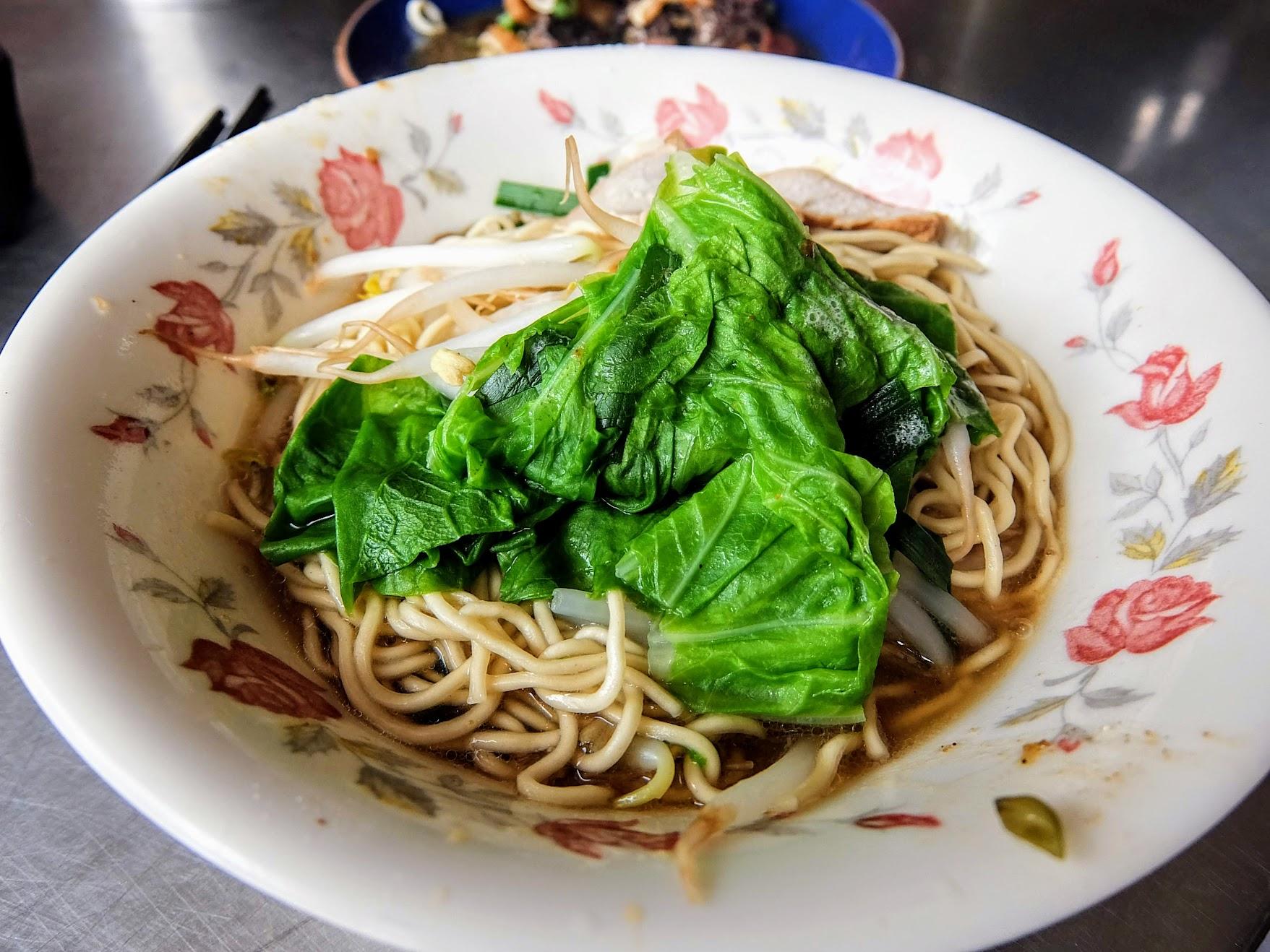 一般的陽春乾麵,跟上一碗差不多的料,差別在於湯汁,上面的是麻醬,這晚則是一般湯汁