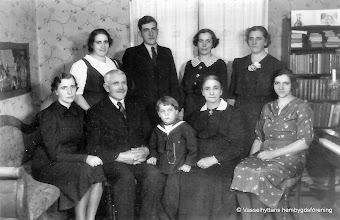 Photo: Forsbacka 1930-tal. Erik och Lovisa Jansson med barnen Sigrid, Märta, Erik-Axel, Ingeborg, Anna, Elisabeth, i mitten barnbarnet Karl-Erik