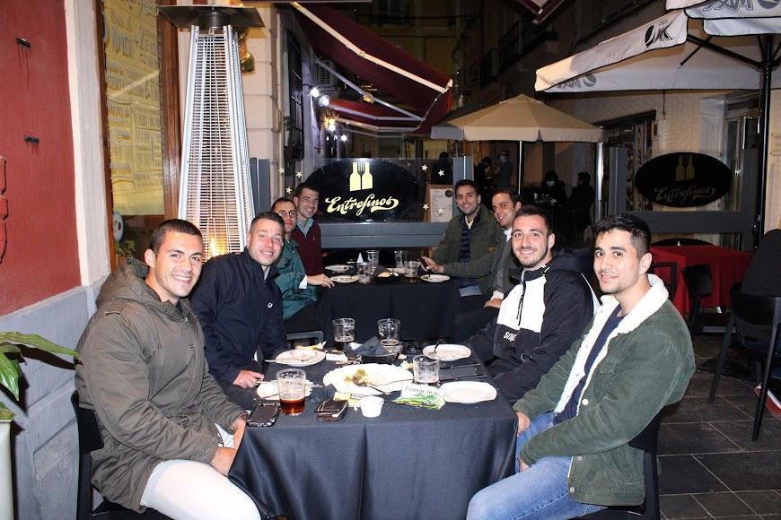 Los Mac de Almería cenando en Entrefinos y disfrutando entre compañeros de la noche almeriense.
