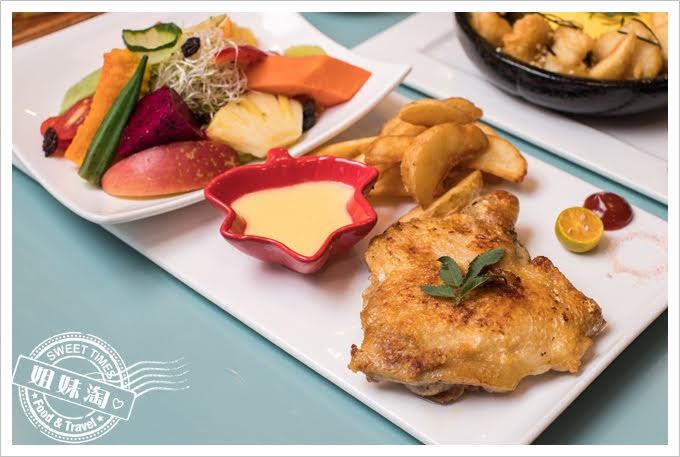 W Kitchen香草雞腿排鮮果時蔬沙拉