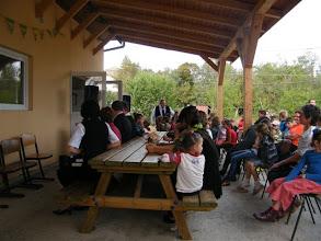 Photo: Emmausi gyermekek és vendégek a vasárnap délutáni ünnepi istentisztelet előtt a tiszteletes úrral.