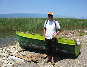 Photo: Lasse ja ei-ihan-priimakunnossa oleva paikallinen vene
