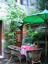 Photo: Aamiaishuone pienen hotellimme puutarhassa