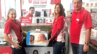 El equipo de Media Markt Almería muestran la impresora que ha personalizado con la tecnología Roland