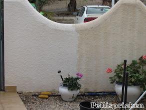 Photo: Här syns skillnaden mellan tvättad mur och otvättad. Denna lilla bit har tagit ca en timma, han får spola sakta och länge på varje bit för sanden är fet och biter sig fast