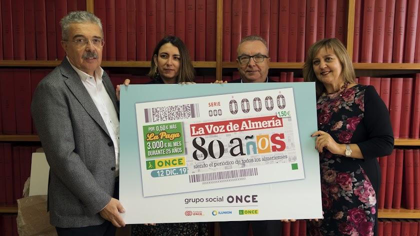 Directivos de la ONCE y de LA VOZ con la imagen del cupón que homenajea a este diario por sus 80 años.