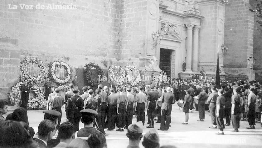Uno de los actos de homenaje a los caídos durante la guerra civil, celebrado ante la fachada principal de la Catedral.