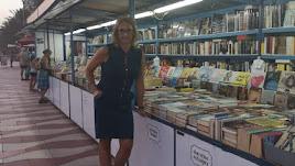 Andrea Golden en el puesto de libros del Zapillo