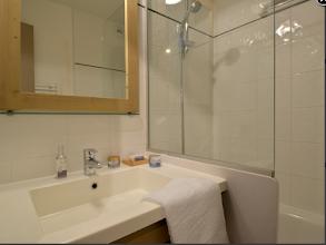 Photo: Salle de bains, baignoire, sèche cheveux, sèche serviettes