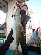 """Photo: 「やったー! 初めて釣ったー!」 ジギング初ヒラスが8.8kg! 素晴らしい!""""タナカさん""""おめでとうございます!"""