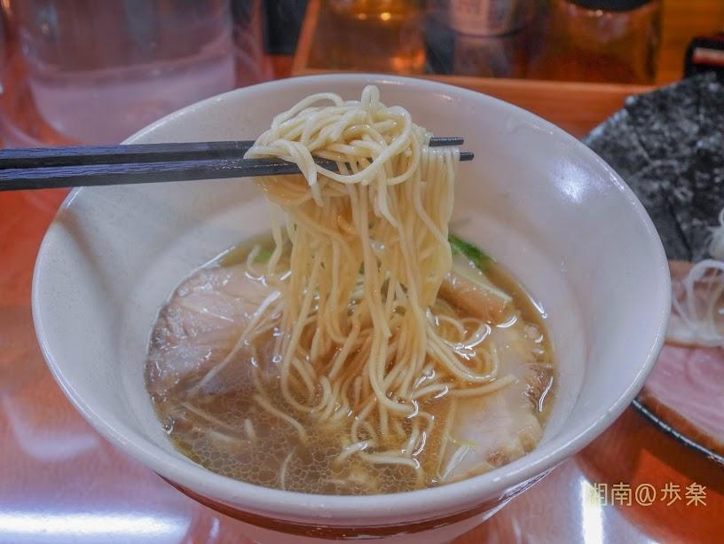 らうめん梵:中細・角形、ストレート(140g)麺は、もちっとした食感にスープが載る。