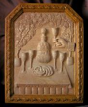 Photo: BODEGÓN CON BOTELLA, COPAS Y LANGOSTINOS.  Tamaño: 63 x 48 cm. (sin marco). Bodegón o naturaleza muerta en madera de arce con botella, copas y un plato de langostinos. Muy ornamentado todo el conjunto.
