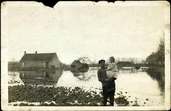 Photo: 1926 wateroverlast aan Burgemeester Schrauwenlaan, Hendrikus Struijs met zijn dochter Elisabeth Struijs