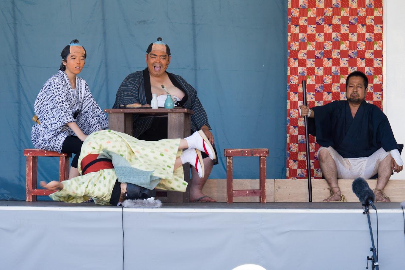 飲み屋の女将さん役の北竜町の金山サワさん(69歳)