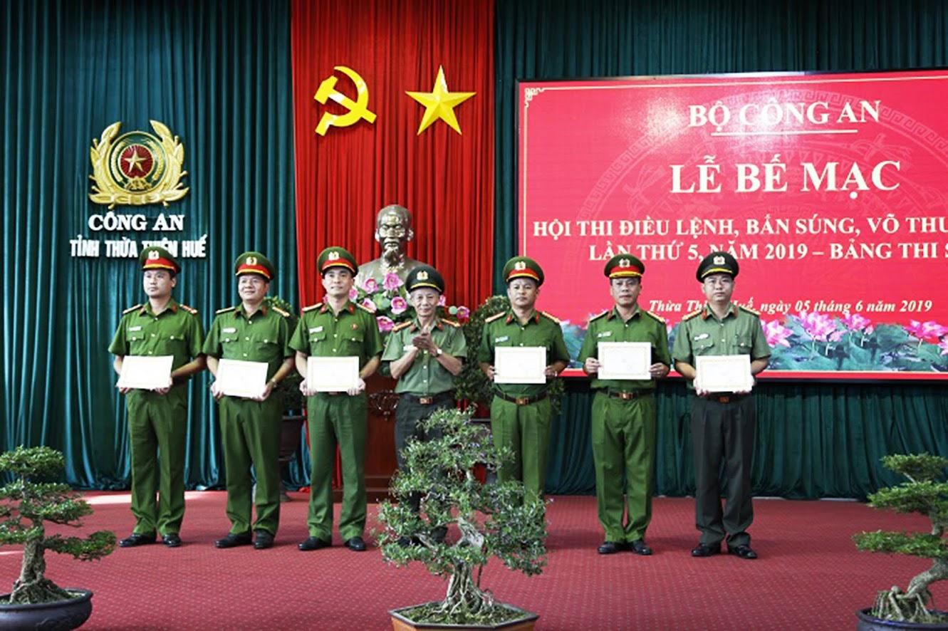 Trao giải cho các đội đoạt giải trong nội dung thi thực hành của CBCS
