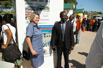 Photo: L'Ambassadeur de Suisse avec le Ministre de l'Éducation Nationale Pierre Vanneur devant les posters des écoles de la coopération suisse.