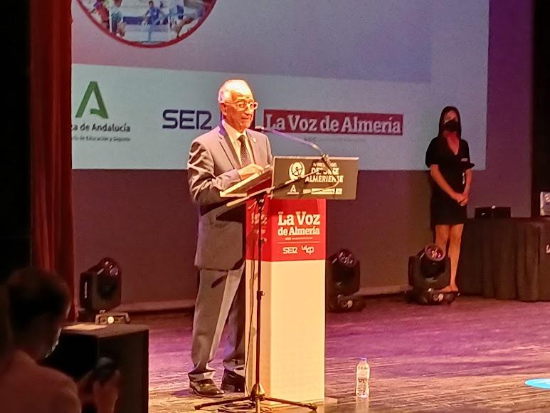 Premio Impulso para Roquetas de Mar. Recoge el alcalde de la localidad, Gabriel Amat.