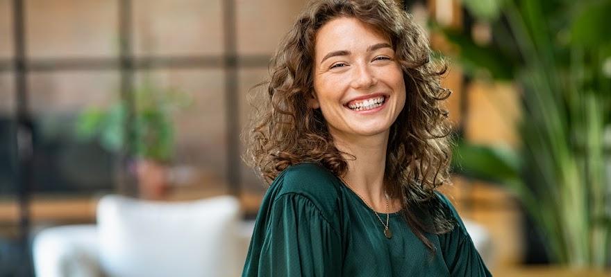 Uśmiechnięta kobieta szczęśliwa dzięki hormonom szczęścia