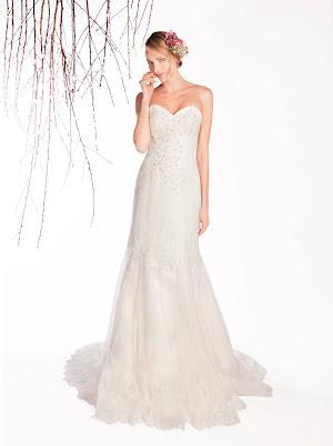 Robe de mariée sirène Etoile, forme bustier coeur, en dentelle, avec broderie de fleurs en nacre et de perles, près du corps, élance la silhouette