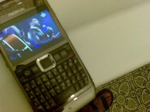 Photo: Me sorprendo por poder ver videos musicales mientras me lavo los dientes. Otros ni tienen agua, ni pasta, ni cepillo (aunq a veces sí móvil,...