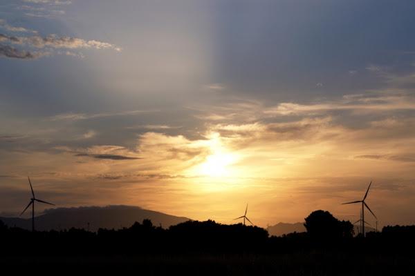 Energia pulita al tramonto. di ;Lau
