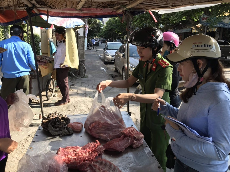 Lực lượng chức năng phường Hồng Sơn, TP Vinh tuyên truyền người dân đảm bảo an toàn vệ sinh thực phẩm, chủ động phòng, chống dịch tả lợn châu Phi