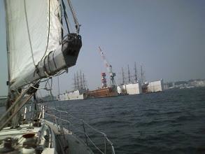 Photo: 磯子沖を走っていたら、日本丸と海王丸が揃ってドック入りしていました