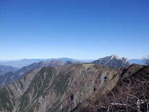右に甲斐駒ヶ岳、中央奥に八ヶ岳
