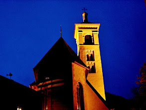Photo: Stierva - Kirchenbeleuchtung beim Eindunkeln
