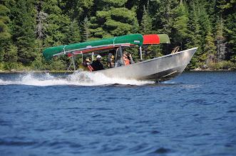 Photo: Das Wassertaxi bringt Kanuten an entfernte Stellen und holt sie wieder ab