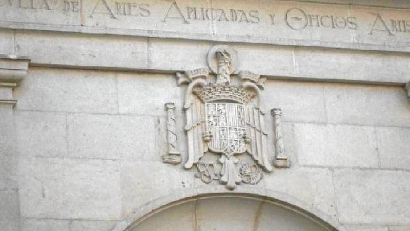 Escudo de la Escuela de Artes de Almería.