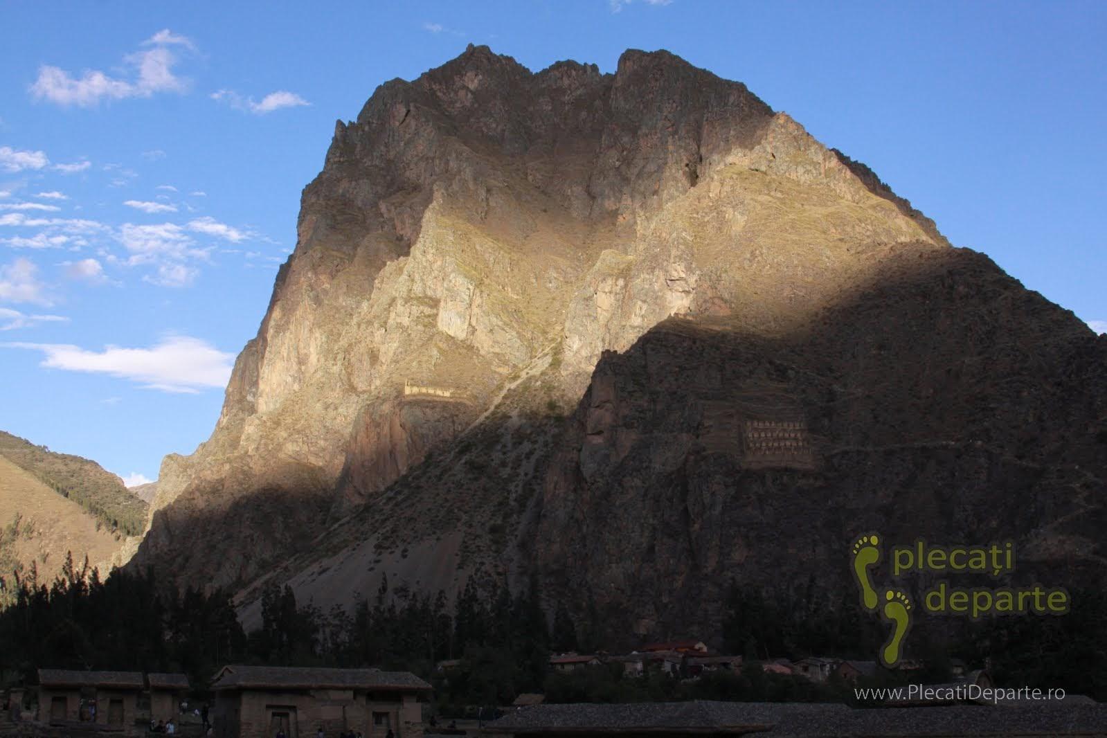 muntele Pinkuylluna, vazut din Ollantaytambo, un obiectiv turistic din Valea Sacra, Peru