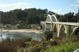 Photo: A Ponte do Pedrido dende o concello limítrofe de Paderne. Vista do lugar da Pasaxe do Pedrido, parroquia de Moruxo (2012)