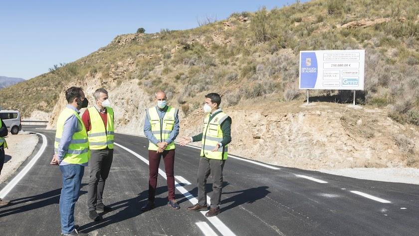 Óscar Liria ha visitado la carretera en compañía del alcalde de Albanchez.