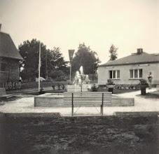 """Photo: Wünschendorf im Erzgebirge  Buswendeplatz  """"Platz der Jugend""""  1970    Foto: Reiner Teichler"""