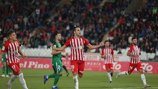 Álvaro Giménez celebra su gol al Sporting en el Estadio de los Juegos Mediterráneos.