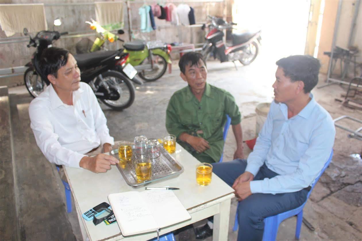 Ông Đinh Ngọc Minh, Bí thư Chi bộ khối 6, phường Nghi Thủy (ngồi giữa)  trao đổi về công tác phát triển đảng viên trẻ ở cơ sở