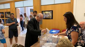 El obispo de almería vota en el Palacio de los Marqueses de Cabra