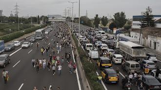 Corte de carretera en una vía de acceso a la frontera francesa