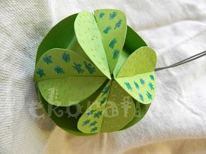 Photo: Glob origami (diferite modele)  carton de culoare verde, decorat cu modele cu sclipici, piese tăiate manual, agăţătoare din şnur argintiu Dimensiuni aprox. 7 cm x 7 cm  realizat de Maia Martin Se poate folosi la decorarea casei de sărbători, la decorarea bradului de Crăciun, ca mărturii nuntă, mărturii botez   Preţ: 5 lei/buc. În stoc : 1 bucată  http://dekoratiuni.blogspot.ro/2014/04/glob-origami-7-cm.html